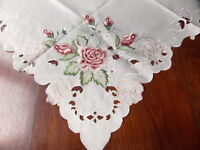 NAPPE SURNAPPE BRODEE POLYESTER  ECRU CLAIR  85X85 ROSES D'ISPAHAN