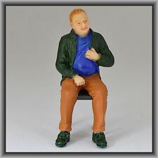 Dingler Handbemalte Figur Polyresin Spur 1 Mann sitzend, grüne Jacke (100216-01)
