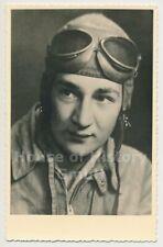 121055, Portraitfoto eines Piloten, Flieger-Schutzanzug, Kopfhaube, Schutzbrille