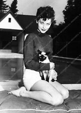 8b20-3936 Ava Gardner out by the pool with her siamese cat 8b20-3937