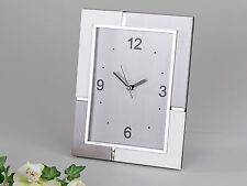Moderne Tischuhr Deko Uhr sehr edel aus Aluminium silber/weiß 18x22 cm