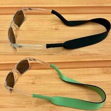 Cinturino per occhiali extra sottile in silicone nero con occhielli in gomma.