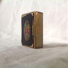 Porte boîte d'allumette metal doré guilloché décor tissé Objet d'art populaire?