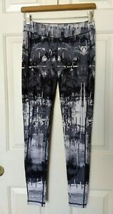 Reebok Women's Lux Bold Black and White Printed Leggings Athletic Size Small