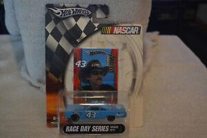 Hot Wheels Richard Petty NASCAR Race Day Series #43 1:64 PLYMOUTH ROAD RUNNER