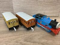 Moterised Tomy Trackmaster  Thomas The Tank Engine 2002 2 X Carriages