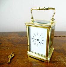 Latón antiguo francés de viaje llamativo carro Reloj con movimiento de 8 días con joyas