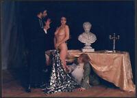 YZ8002 Scena Teatrale con donna a seno nudo - 1984 Fotografia d'epoca 17,5 x 12