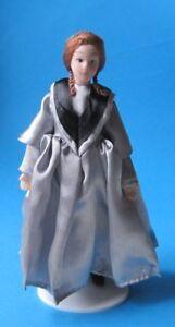 Elegante Dame Lady graues Kleid Puppe Puppenstube Miniatur 1:12