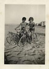 PHOTO ANCIENNE - VINTAGE SNAPSHOT - VÉLO BICYCLETTE ENFANT PLAGE MODE - BIKE