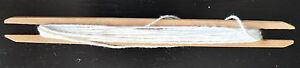 Fadenwickler, Leinen-, Seil- aus Holz mit etwas weißem Faden