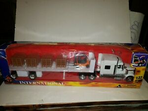 New Ray LONG HAULER TRUCKER 1:32 SCALE DIE CAST INTERNATIONAL MODEL WITH LOAD