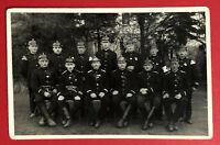 Privat Foto AK Gruppenbild Feuerwehr Männer in Uniform mit Helm  ( 67599