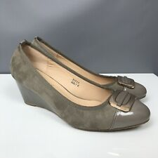 Footflex By Lotus 7E 7 WIde Taupe Wedge Heel Shoes Patent Part Gold Tone Buckle