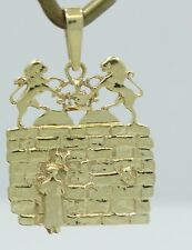 Very Nice Detailed 14K Yellow Gold Scenic Lion Brick Wall Pendant Charm B1425