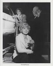 "Alfred Hitchcock / Barbara Harris /Bruce Dern (Setfoto '76) ""Familiengrab"""