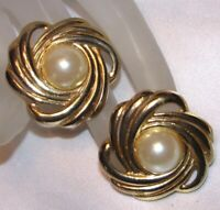 VINTAGE 70'S ROUND GOLD TONE SWIRL SIMULATED PEARL PIERCED EARRINGS G420