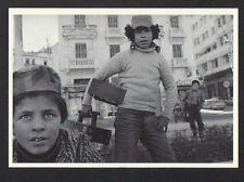 TANGER (MAROC) CIREURS de CHAUSSURES , Boulevard PASTEUR trés animé en 1979
