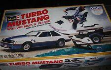 REVELL TURBO MUSTANG W/WET BIKES & TRAILER 1/25 MODEL CAR MOUNTAIN 7401