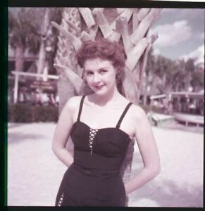 Mala Powers Posant En Maillot de Bain Original 1950's 2.25 x 2.25 Caméra