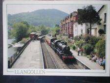 POSTCARD DENBIGHSHIRE LLANGOLLEN - THE STEAM TRAIN ARRIVING AT LLANGOLLEN STATIO