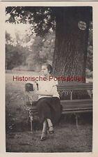 """(f4224) ORIG. foto GIOVANE DONNA SU PANCHINA """"vietate posto"""", prima del 1945"""