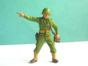 1 x BRITAINS DEETAIL. WWII AMERICAN OFFICER PLASTIC SOLDIER. 54mm SCALE.