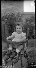 Portrait enfant bébé sur sa chaise haute - ancien négatif photo verre 1930 40