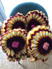 Joli Coussin rond vintage  dessus au crochet en laine coloré forme fleurs