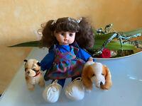 hübsche Puppe mit kariertem Kleid ca. 31 cm dekoriert mit Hund Steiff Bully + Co