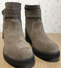 Ladies Wrangler SHOES Size 6 Suede Taupe Leather ankle chelsea pullon heel boots