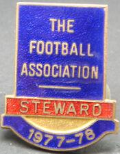 THE FOOTBALL ASSOCIATION 1977-1978 STEWARD Badge Brooch pin In gilt 25mm x 32mm