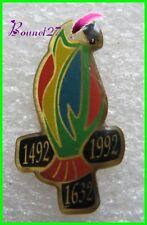 Pin's Oiseau Un perroquet 1492 1632 1992 #929