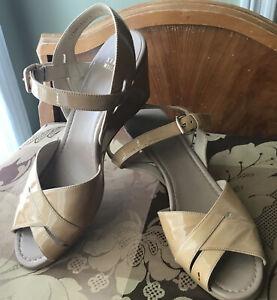 stuart weitzman Sz 9 nude patent leather wedsge peep toe sandal