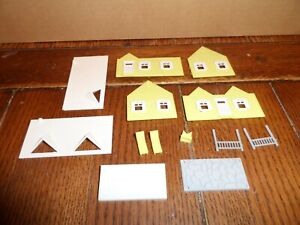 PLASTICVILLE HO SCALE CAPE COD HOUSE WITH PATIO & FURNITURE  YELLOW/WHITE