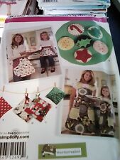 SIMPLICITY SEWING PATTERN 4341 KITCHEN APRONS AND FELT FOOD