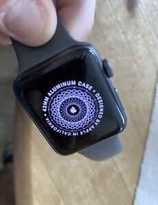 Apple Watch Series 3 42mm in Space Schwarz GPS + Celluar mit Kratzer siehe Bild