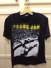 Pearl Jam Eddie Vedder On Stage Crowd Black T shirt Men's Size Medium EUC