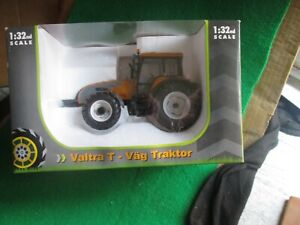 UNIVERSAL HOBBIES VALTRA T-VAG TRACTOR (1:32 SCALE) NEW IN BOX