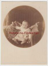 (F11876) Orig. Foto Kleinkind sitzt im Sessel 1916