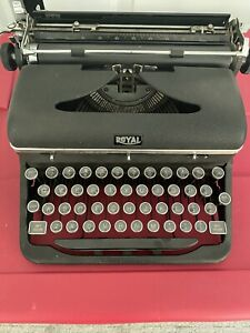 VINTAGE 1940s USED ROYAL Quiet De Luxe MANUAL PORTABLE TYPEWRITER with CASE