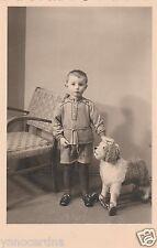 Foto AK Hübscher Junge mit Hund auf Rollen Spielzeug Brand Erbisdorf