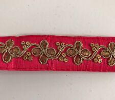 Hilo de oro antiguo indio atractivo & Lentejuelas Encaje Floral En Tela Rojo - 1 Mtr