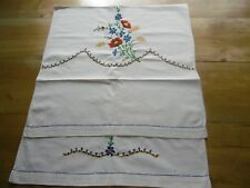 """Rideau de presentation en coton brodé """" Fleurs de France"""" 122 x 56 cms"""