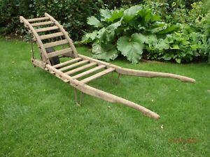 Alte antike Holzschubkarre vom Bauernhof, rustikal, wurmbefallen