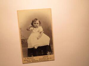 sitzendes kleines Kind im Kleidchen - Mädchen / CDV Lübeck St. Lorenz Schwartau