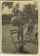 PHOTO ANCIENNE - VINTAGE SNAPSHOT - ENFANT JOUET BALLON MODE CHAISE DRÔLE -CHILD
