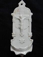 52/ Joli bénitier ancien en Porcelaine de Paris (Christ en relief)