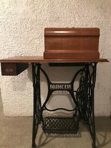 Alte Nähmaschine mit Tisch und Gusseisen Gestell