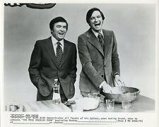 MIKE DOUGLAS ALAN ALDA SMILING COOKING THE MIKE DOUGLAS SHOW 1973 TV PHOTO